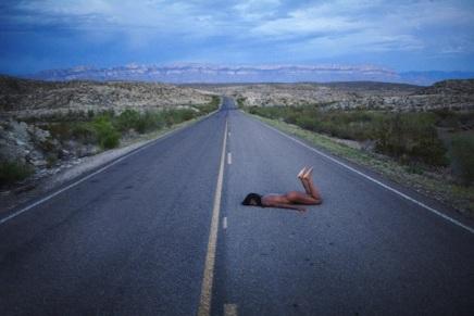 Desnudos surrealistas en la naturaleza: las fotos de Ryan McGinley[NSFW]